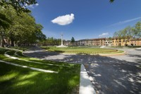 Diese lang gestreckte, rechteckige Piazza verfügt über einen von hohen Bäumen umfassten inneren Parcours, ...