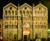 VOM 4. MARS WEGEN RESTAURIERUNGSARBEITEN GESCHLOSSEN.  FASSADE BIS AUF UNBESTIMMTE ZEIT BEDECKT. Die Kathedrale von Ferrara, die im 12. Jh. errichtet wurde, weist Spuren aus ganz unterschiedlichen historischen Phasen auf.
