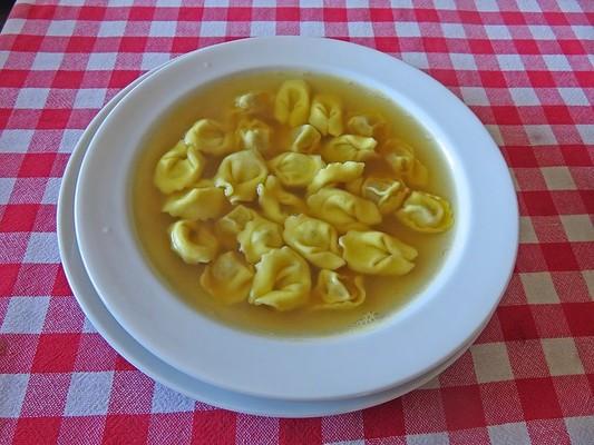 Cappelletti in brodo (Raviolis en caldo)