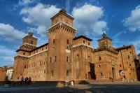 En 1385 à Ferrare, à la suite d'une dangereuse révolte Niccolò II d'Este comprit la nécessité de construire une puissante défense pour sa famille et pour lui-même c'est ainsi que naquit le château de San Michele, une forteresse érigée contre le peuple