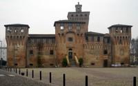 L'imponente Rocca di Cento, con la Porta Pieve, è ciò che rimane delle antiche fortificazioni della città.