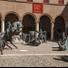 Nel cortile del Castello Estense si tiene la mostra di Sara Bolzani e Nicola Zamboni, a cura della Fondazione Ferrara Arte e Fondazione Teatro Comunale di Ferrara, che presenta in chiave ariostesca il monumentale gruppo scultoreo Umanità