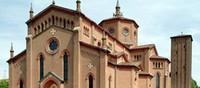 CHIUSA PER RESTAURI - L'attuale chiesa abbaziale di San Michele Arcangelo risulta sorgere dove un tempo il Castello Lambertini aveva i suoi orti, i suoi giardini e alcuni edifici di pertinenza e venne edificata in sostituzione di quella antica a partire dal 1902.