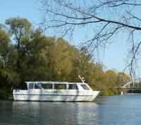 Grandi e accoglienti imbarcazioni organizzano escursioni che permettono di trascorrere una giornata lungo il più imponente delta fluviale italiano, alla scoperta dei punti più suggestivi, come l'Isola dell'Amore, o la Sacca di Goro.